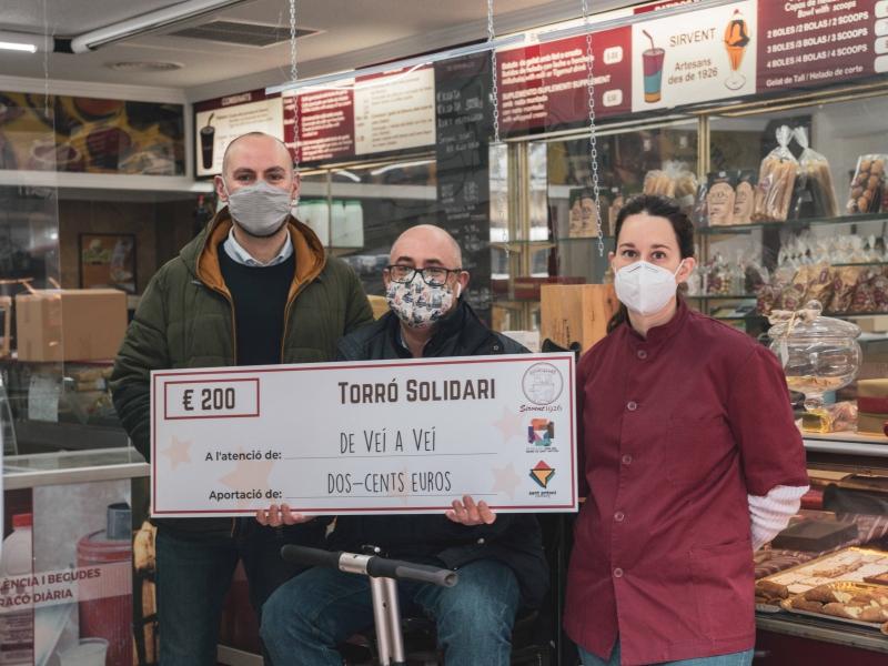 Entrega del importe recogido con el Torró Solidari